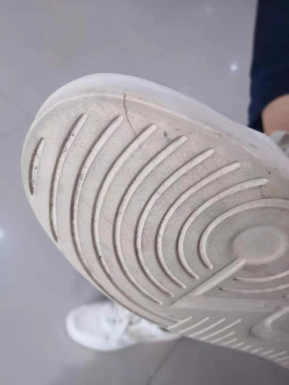 鞋子买十三天鞋底坏了告诉我石头硌的是人为的
